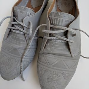 Leather grey shoes with side cutout